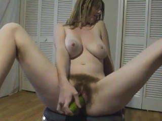 Голые Девки Порно Волосатая девочка мастурбирует огурец видео