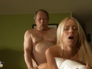 Голые Девки Порно Потрясающие молодые блондинка ебет старый дед видео