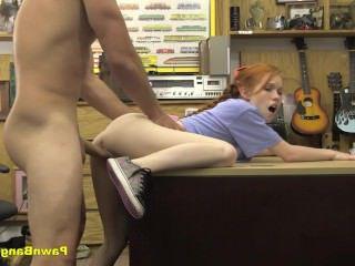 Голые Девки Порно Девчушка в комисионной лавке отсасывает реально огромный член видео