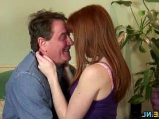 Голые Девки Порно Брюнетка девка делает зрелый человек сперма видео