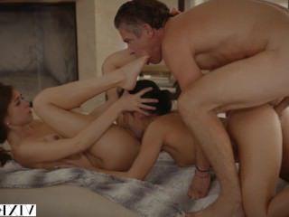 Голые Девки Порно МЕГЕРА лучшие друзья Райли &амп; Меган поиметь соседа в дерзкий секс втроем видео