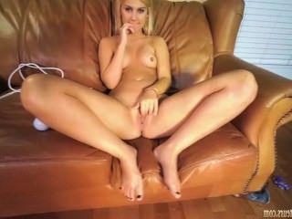 Голые Девки Порно Любитель девушка Bailey мастурбирует на диване видео