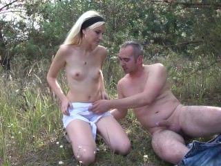Голые Девки Порно Миниатюрная блондинка хардкор секс в лесу с отчимом видео