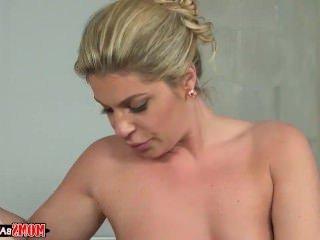 Голые Девки Порно Мамы взрыва девка-мамаша показывает пару, как трахаться видео