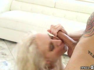 Голые Девки Порно Горлом Candence Лакс показывает свои навыки шлюха! видео