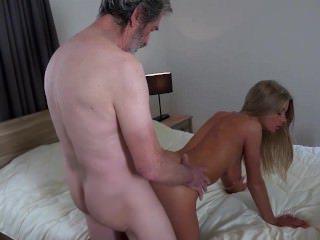 Голые Девки Порно Роговой молодые губы, завернутые на старый петух сосание видео