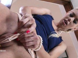 Голые Девки Порно Классическая блондинка teeasing у двери, прежде чем дрочит ее мокрая киска видео