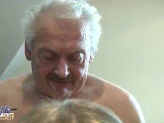 Голые Девки Порно Молодая горничная полный рот кончил после траха босс старый петух на офис видео
