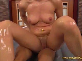 Голые Девки Порно девка дает скользкий массаж нуру видео