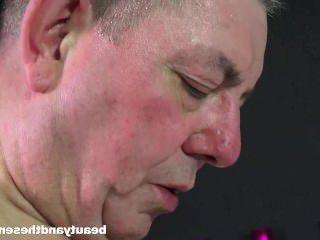 Голые Девки Порно Брюнетка девка Сьюзи сосет старый член со страстью видео