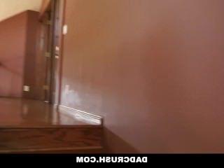 Голые Девки Порно Dadcrush-девка получает уроки от папы видео