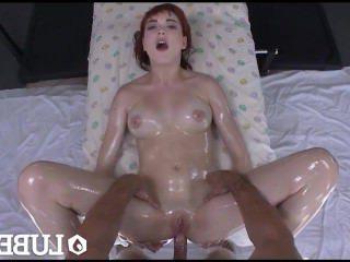 Голые Девки Порно Смазала-Рыжая Анни Аврора поднять ее короткую юбку, чтобы смазать ее киску видео