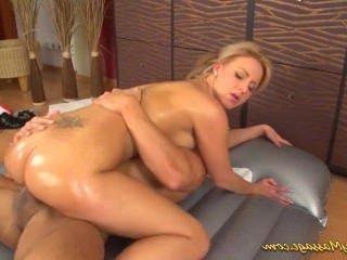 Голые Девки Порно горячая грудастая девка дает скользкий массаж видео
