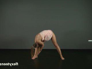 Голые Девки Порно Брюнетка гимнастка Зина показывает, насколько гибкой она является видео