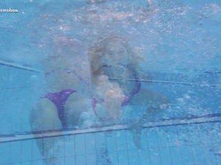 Голые Девки Порно Горячая Елена показывает, что она может сделать под водой видео