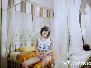 Голые Девки Порно Горячая девственница Марленка наслаждается собой в постели видео
