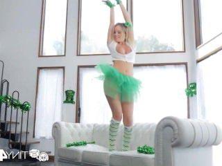 Голые Девки Порно Tiny4k праздничный грудастая Алексис Адамс трахает ее БФ на День Святого Патрика видео