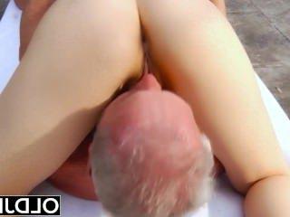 Голые Девки Порно Старый молодой порно-девка фитнес Учитель йоги соблазняет и трахает старика видео