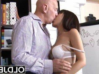 Голые Девки Порно Азиатский молодой младенец трахал по лысый старый человек она сосет Дик киска секс ласточки видео