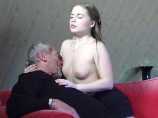 Голые Девки Порно Молоденькая девочка пришла и соблазнила лысеющего дедушку своей идеальной мокрой киской видео