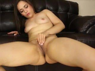 Голые Девки Порно Соблазнительная девушка драконит волосатое влагалище двумя руками загнувшись раком перед камерой видео