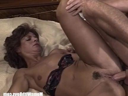 Ретро Порно Брюнетка Старушка Сосет Член, Раздвигая Ноги видео