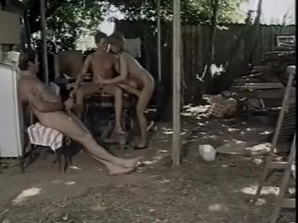 Ретро Порно Немецкая сучка трахается с двумя из трейлер парка парни видео