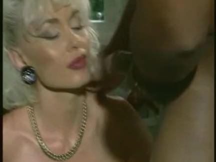 Ретро Порно Долли Бастер-мамаша трахается с 2 черными парнями видео