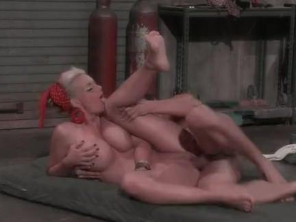 Ретро Порно Потрясающий грудастая тетя поощряется механик видео