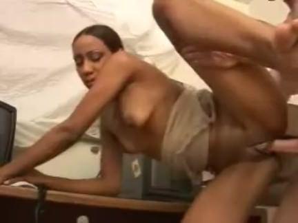 Ретро Порно Секретарь сексуальный негр трахает в офисе видео