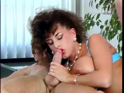 Ретро Порно Сара молодой-сексуальная красотка трахается с двумя парнями видео